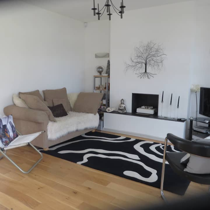 Modern 2 Bed Semi Detached House in quiet area