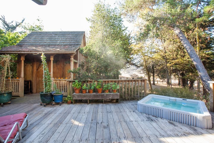 Cottage, private deck and hot tib