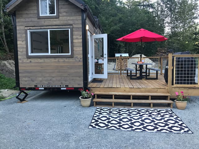 Beautiful handmade deck, large propane BBQ with all the cooking utensils, picnic table with umbrella.