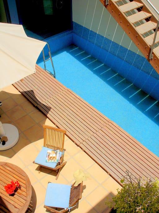 Amplio y soleado patio con piscina privada.