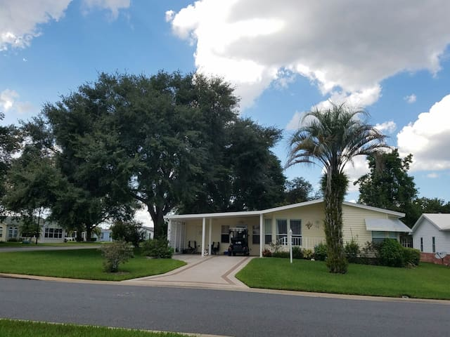 Location...1/2 mile to Spanish  Sq - Lady Lake - Huis