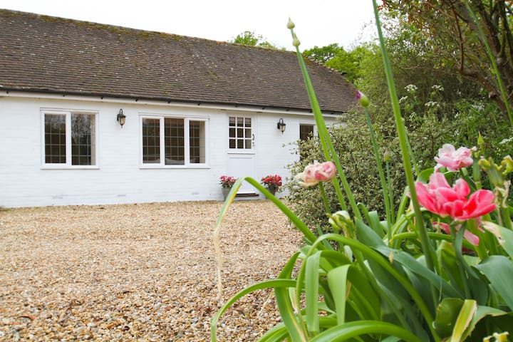 Rose Cottage - Secluded Garden Retreat