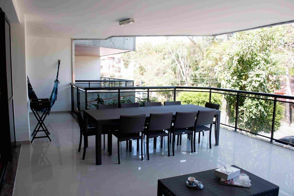 Mesa para 10 pessoas e uma ótima rede na varanda para descansar