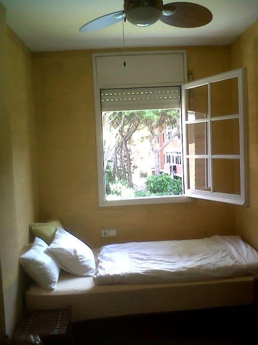 near to barcelona on the beach maisons de ville louer. Black Bedroom Furniture Sets. Home Design Ideas
