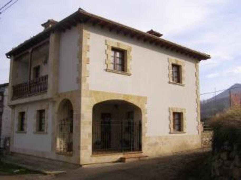 Se destaca la fachada exterior de acceso a la vivienda.