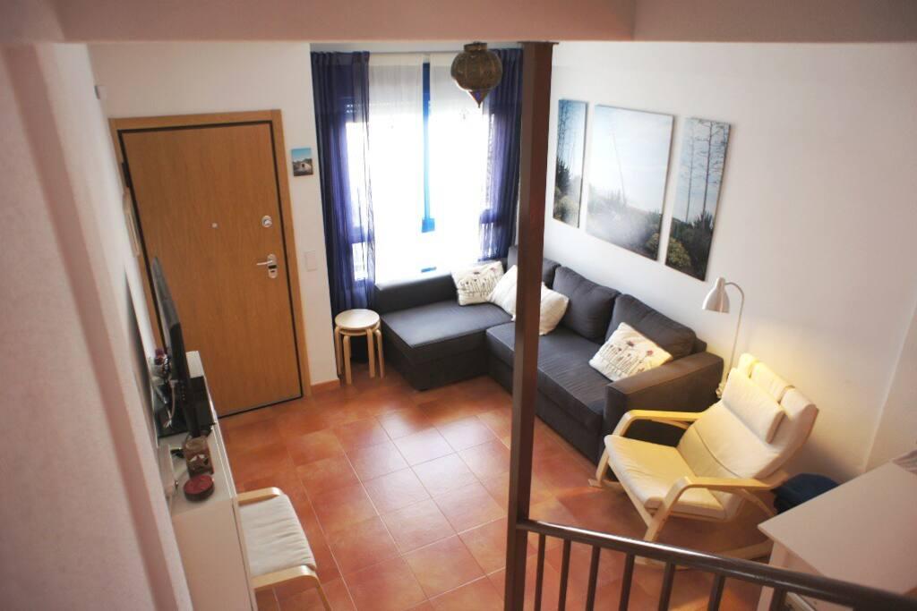 Confortable salón con sofá chaise longue