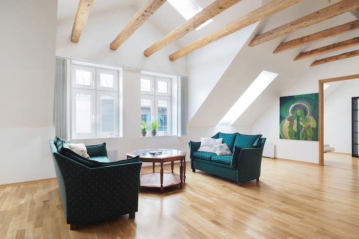 Beautiful top floor 3BR apt in the heart of Bergen