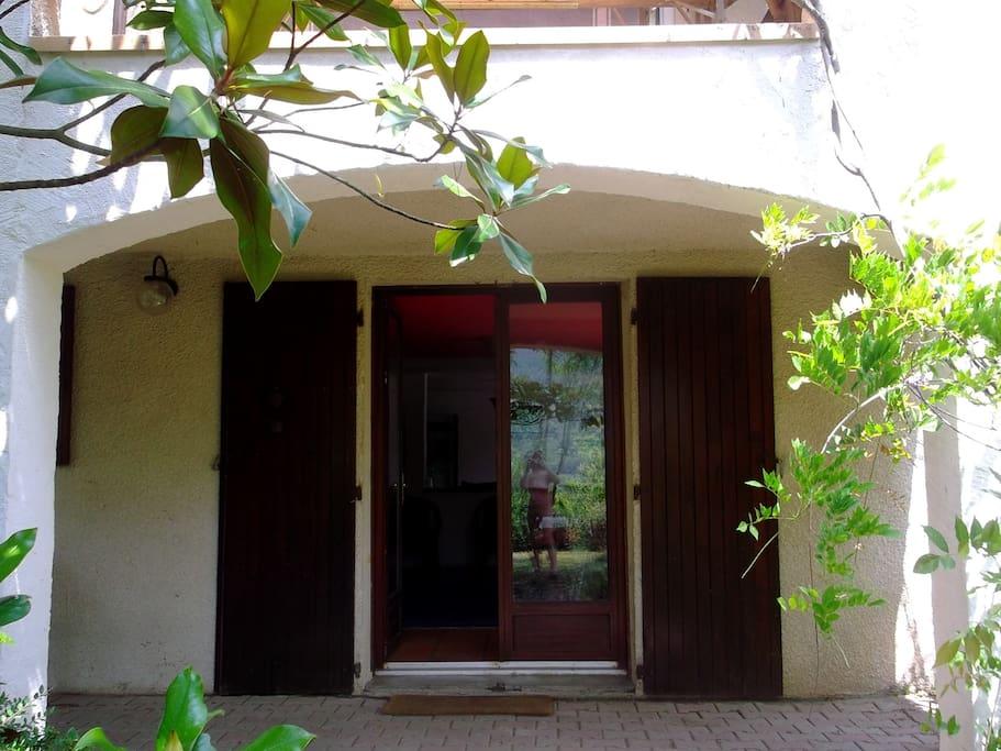 entrée de l'appartement situé au rez-de-jardin de la villa