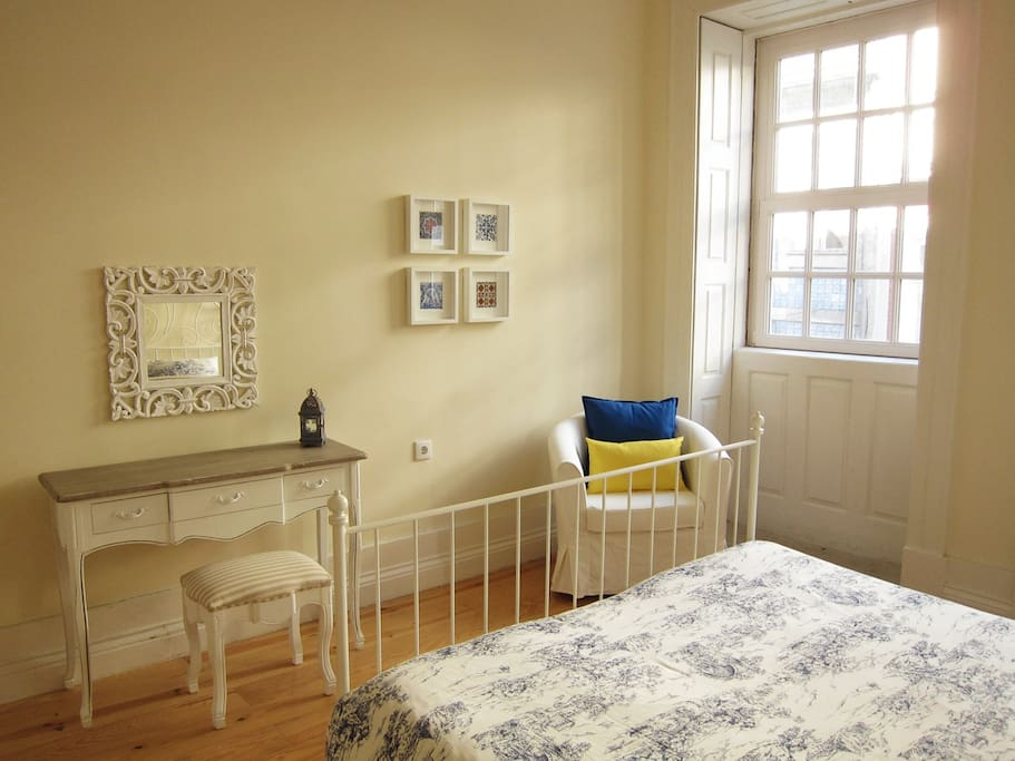 Bedroom with 1 double bed and 2 single beds (1st floor)