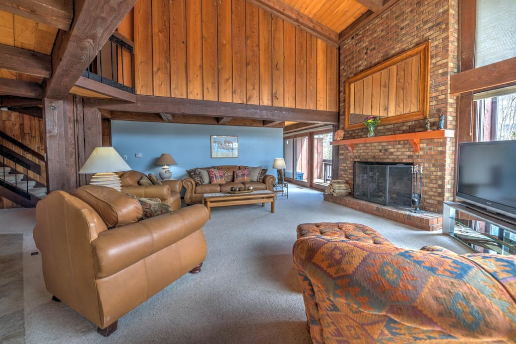 Luxury w new master bath fireplace big garage for Big garage for rent