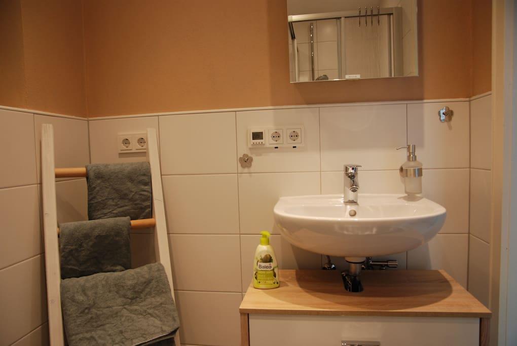 Neu renoviertes Bad - Waschbecken mit Spiegelschränke die