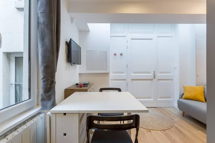 Cosy studio with mezzanine for 3 people.