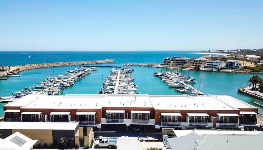Vivid Blu ★ Luxury Waterfront Promenade Retreat
