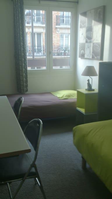chambre d 39 h te deux lits simples appartements louer paris le de france france. Black Bedroom Furniture Sets. Home Design Ideas