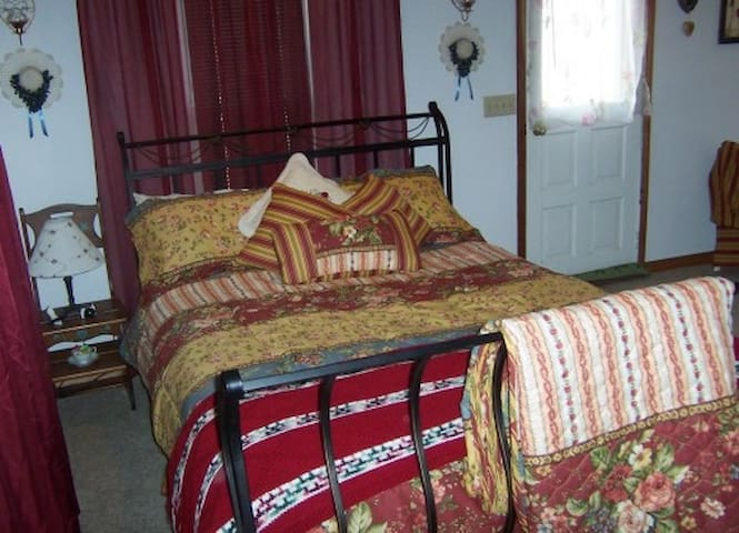Victorian Room w/Separate Entrance - Hill City - Bed & Breakfast