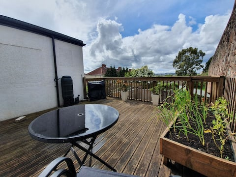 Cosy City Apartment-Decked Garden with Great View
