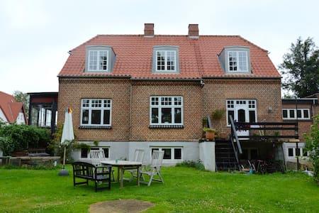 Ældre patricia villa i Aabyhoej ved Aarhus - オーフス
