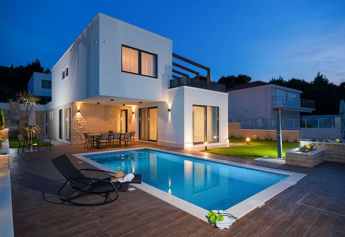 The Sun Villa - few steps to the beach, indoor & outdoor pool, sauna, gym & parking.