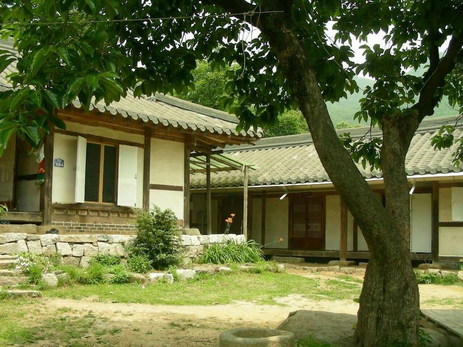 살림집과 맞배지붕 민박집