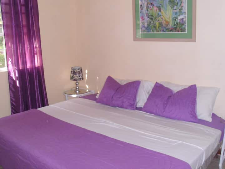 Private Room/en-suite bath and TV 5mins  to beach