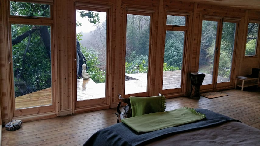 Bright, spacious cabin with sun deck. Great view. - Hindhead - Flat