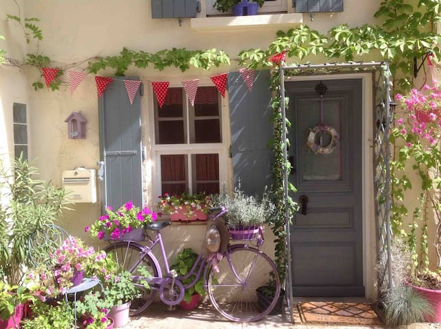 La Bicyclette Violette in medieval walled village