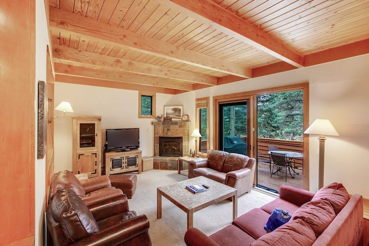 Two-story mountain condo w/mtn views, deck, great location, shared pool, hot tub