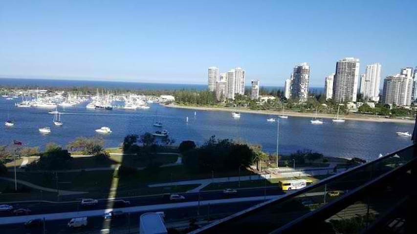 Luxury Apartment in the Front of Seaworld - Southport - Apartament