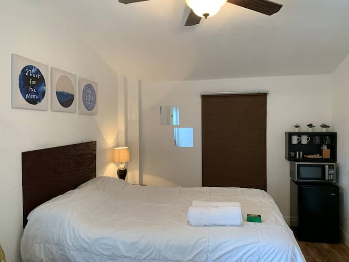 Comfy private studio near airport and beach