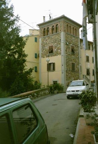 Das ist echte Toscana, historisches Haus im Dorf - Castellina Marittima
