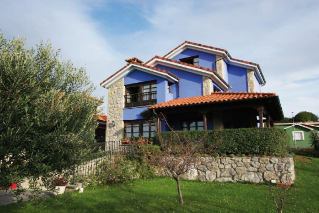 Bonita casa con jard n junto al mar gran jard n casas for Casa jardin asturias