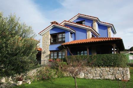 Bonita casa con jardín junto al mar. Gran jardín - Celorio - House