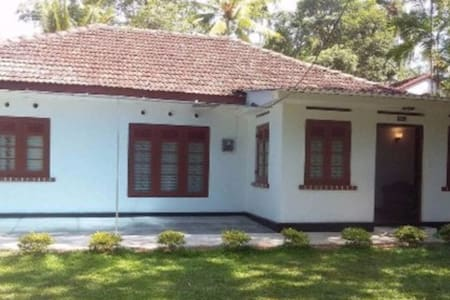 Chill - Specious(A/C) room with a double bed &bath - Bentota - Huis