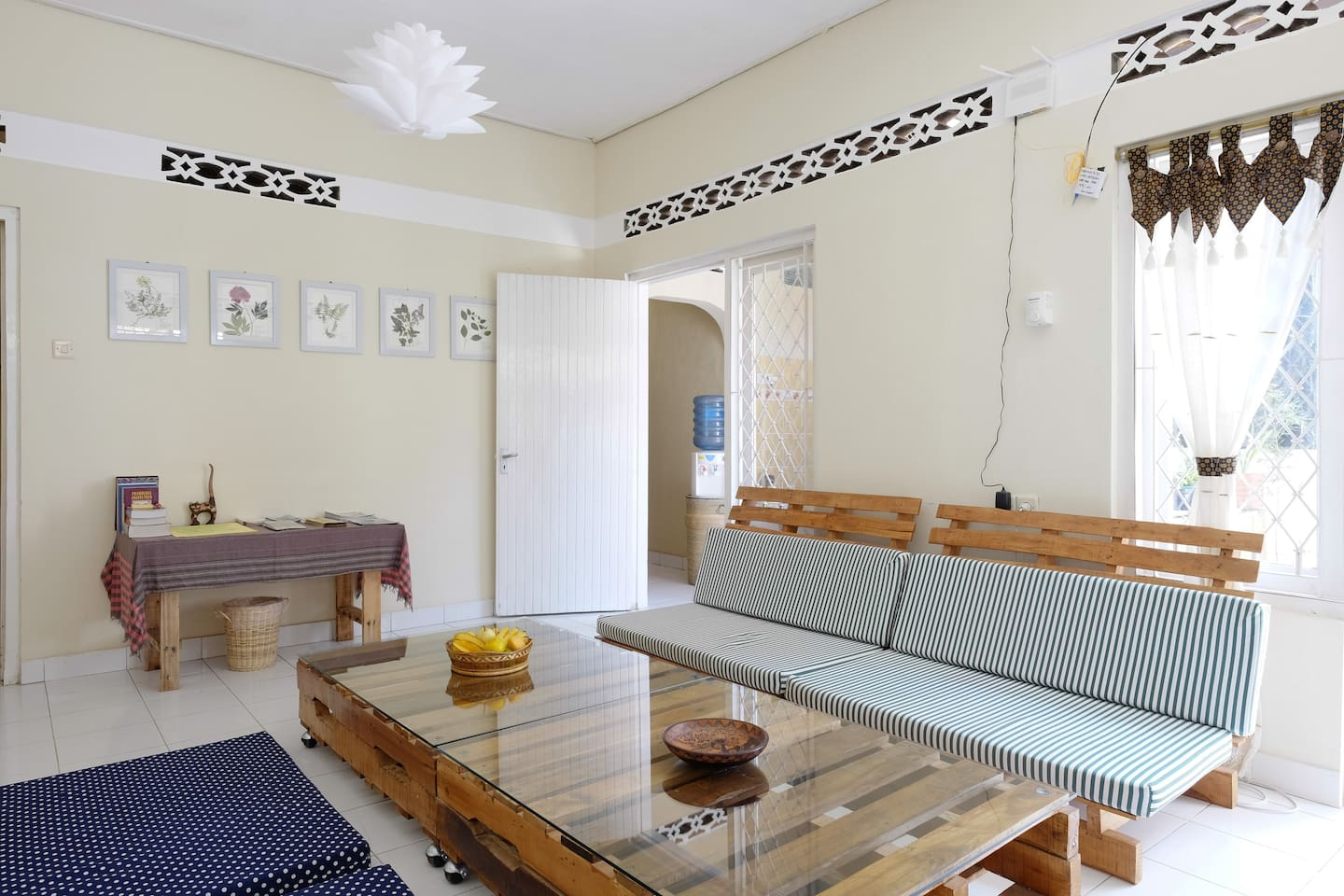 Awesome place, generous and exceptionally helpful hosts. Great location not too far from the centre of Yogya. Great chilled atmosphere and first class company. Would go back for sure!   -Seth Crosby- *****