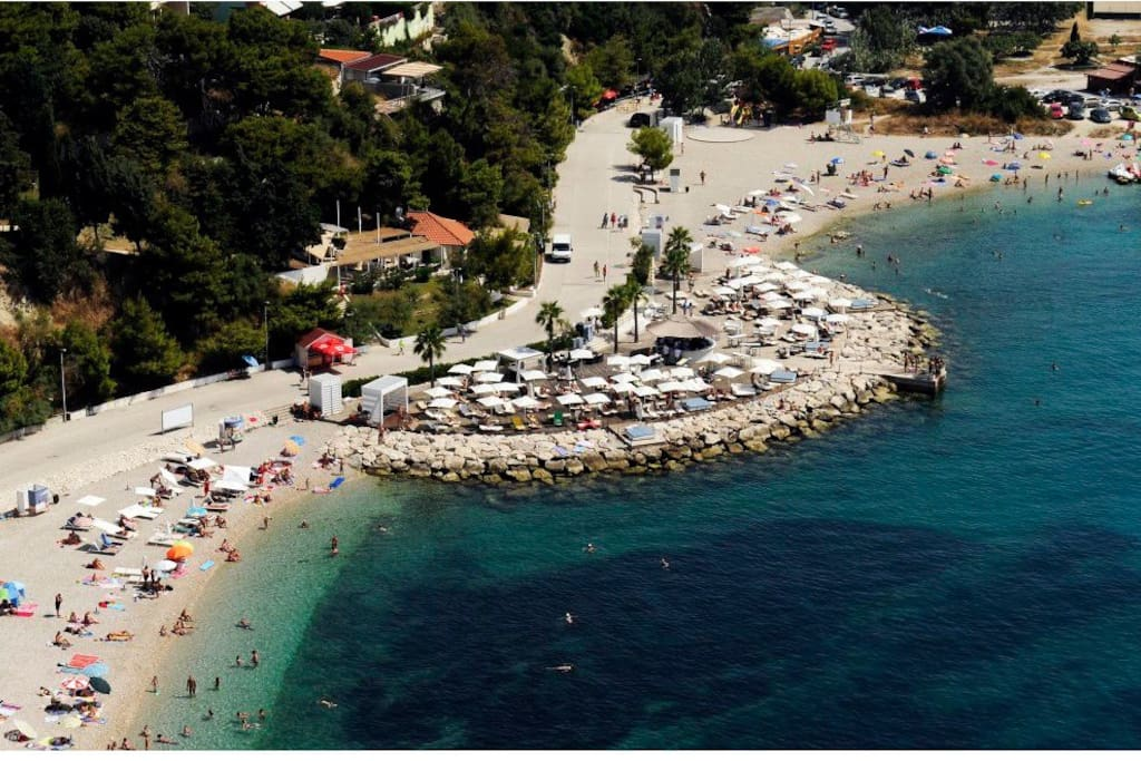 Our location is 5 min from here but we are also close to the old center of Split town.Perfect is in it?This beach 2 kilometer long is next to hotel Radisson blue and it is free for public use.