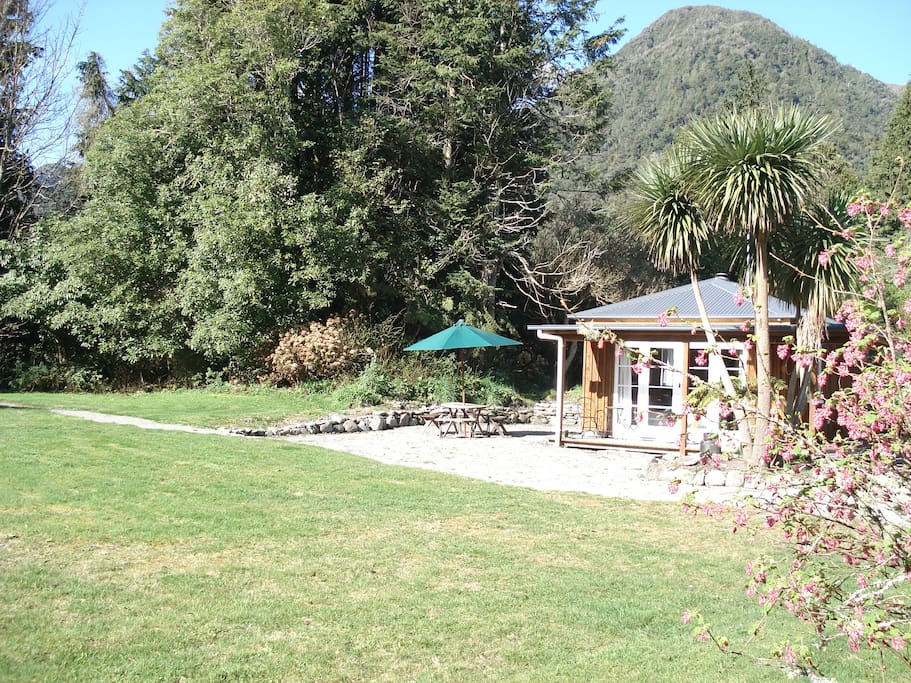 Lake Poerua Farm Cottage - Cabins for Rent in Inchbonnie ...