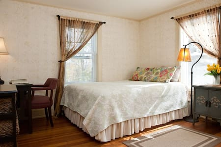 Lovely private room in Lenox (gold) - Lenox - 一軒家