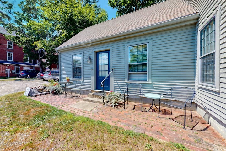 Downtown, ground floor studio near the ocean w/patio, outdoor dining area & more