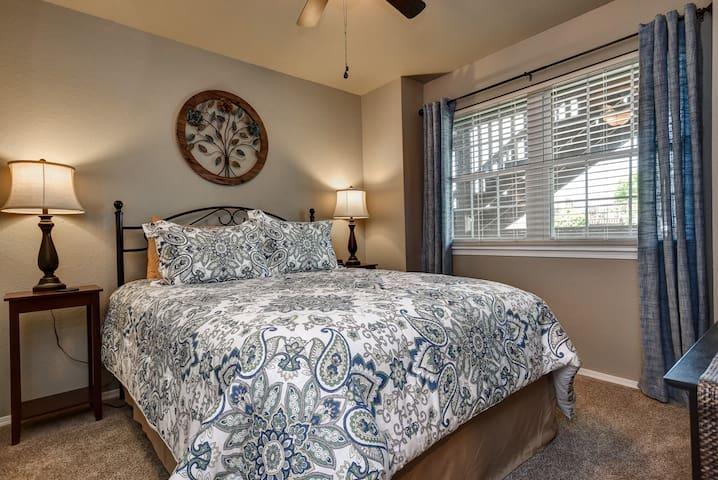 Guest room (queen size bed)