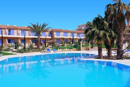 Regina Gardens Clean Twin Room nr Beach & Tourism - Paphos - Huoneisto