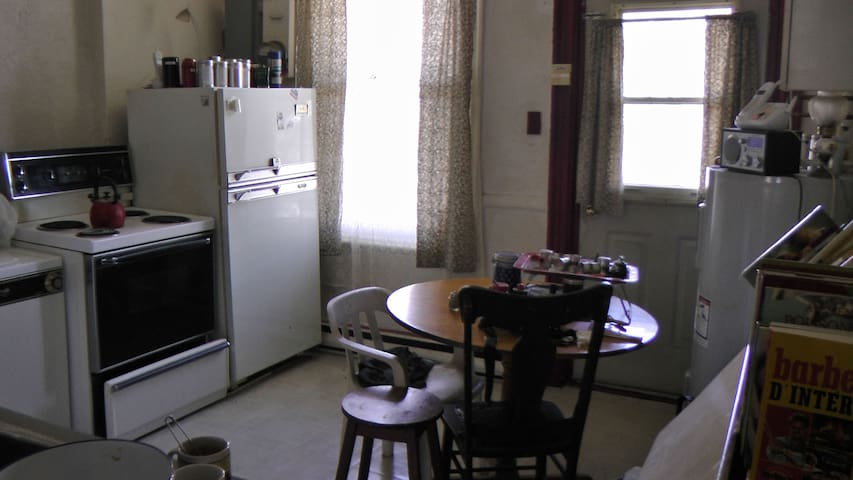Logement 3 1 2 montr al pour 5 mois apartments for rent for Don meuble montreal