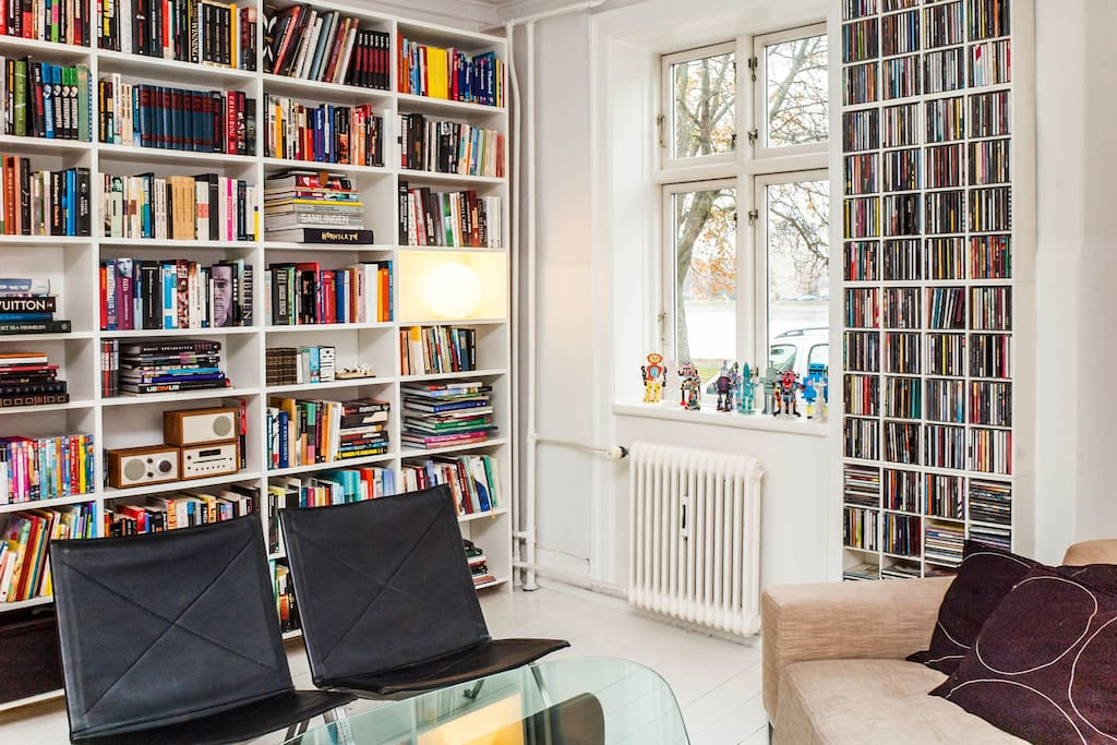 Living room with sea view from all windows. (We love music and good books)