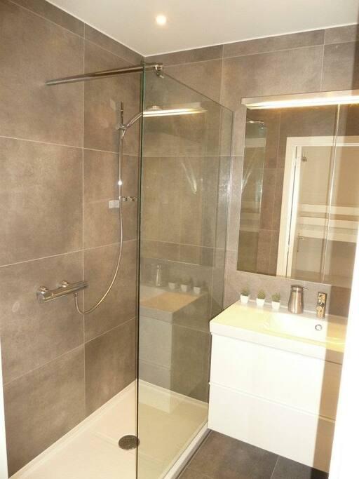 Badkamer met inloopdouche en voldoende kastruimte