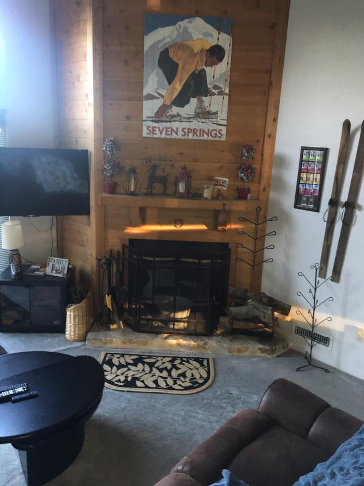 Ski in/Ski out 2 bdrm w/ Loft Seven Springs Condo