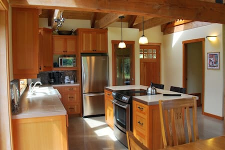 Charming cottage with an ocean view - Quadra Island - บ้าน