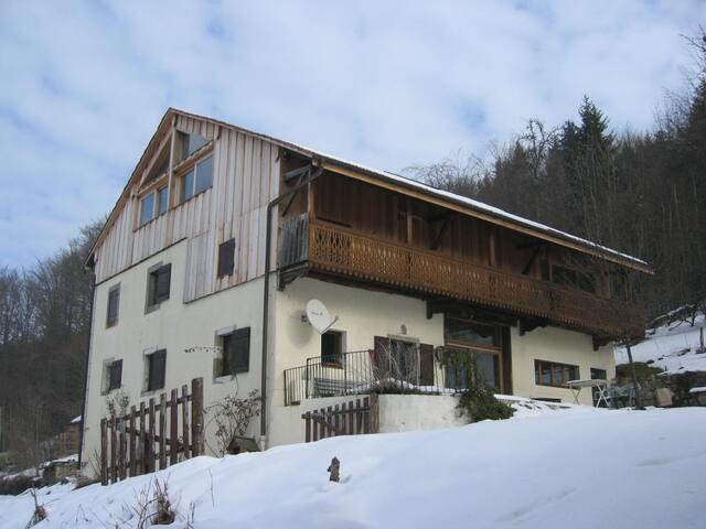 """Gîte """"chez Loan"""" - Chambres d'hôtes - Saint-André-de-Boëge - House"""