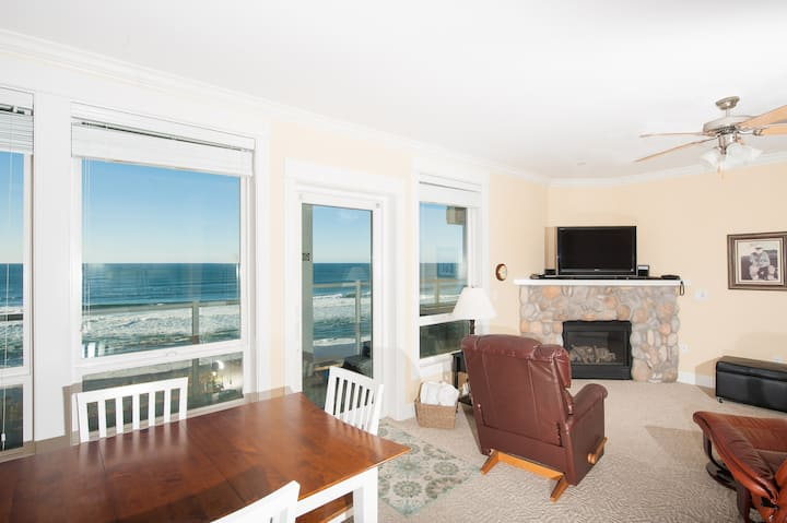 Dancing Dolphins - Oceanfront Condo, Hot Tub, WiFi