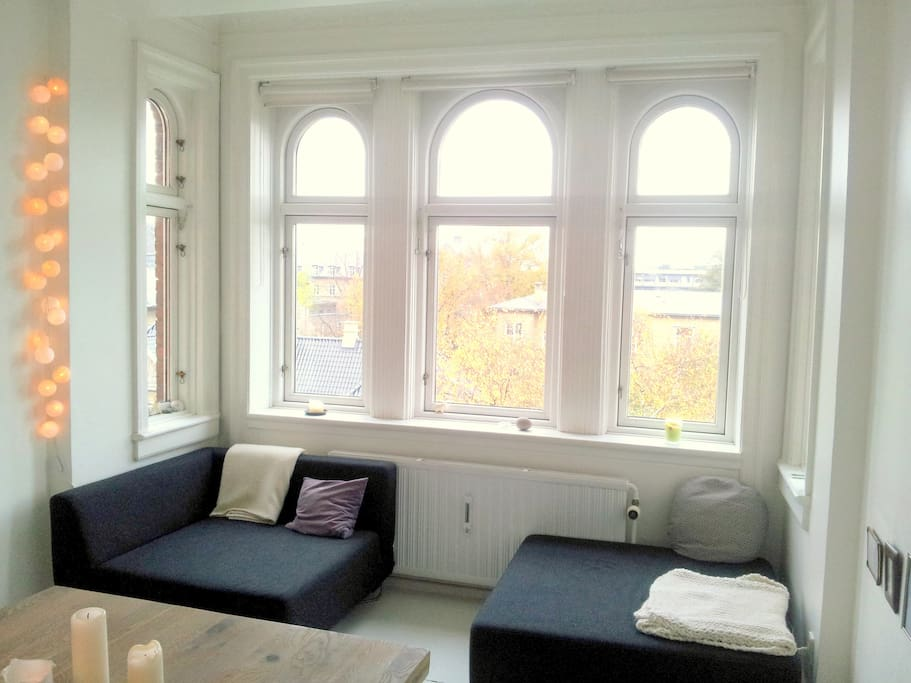 Bay window with a separabel couch - end of the dining room
