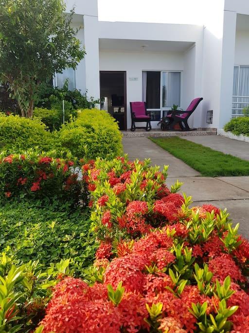 Nuestra casa cuenta con WIFI, parqueadero exclusivo y para visitantes justo en frente de nuestra casa, lo que garantiza que siempre tengas dónde aparcar tu vehículo.