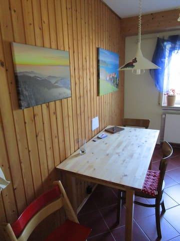 Essplatz und Spiel Tisch